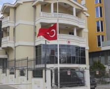 Podgorica, Crna Gora - 27.novembar 2017: U sjedištu Ambasade Republike Turske u Podgorici danas je u znak počasti nevinim žrtvama napada u džamiji u Egiptu, zastava spuštena na pola koplja  ( Adel Ömeragiç - Anadolu Agency )