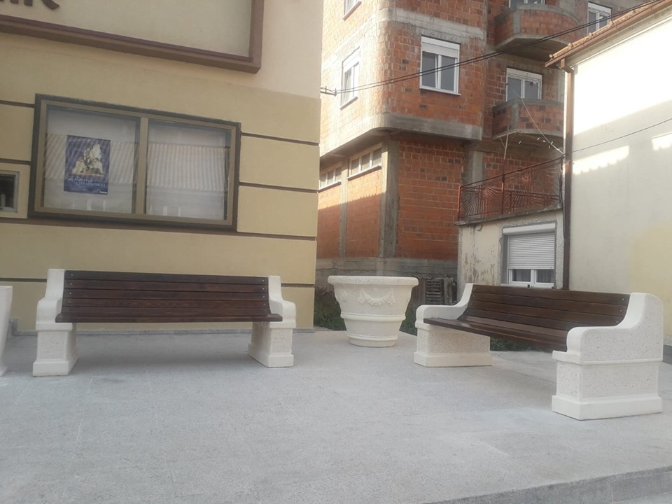 Постављене клупе испред Центра за културу