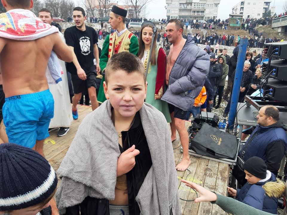 Devetogodišnji Aleksandar Ralević prvi doplivao do časnog krsta