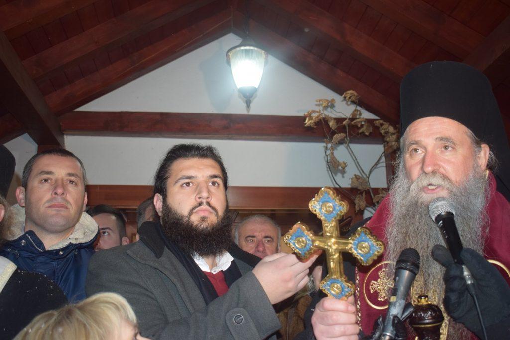Хиљаде вјерника на налагању бадњака код манастира Ђурђеви Ступови
