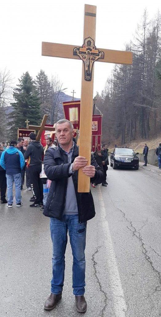 Милутин Стешевић носећи крст од Велике до Берана препјешачио 45 километара