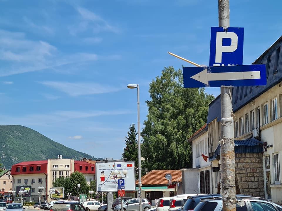 Чин примитивизма: Вандали поломили јарболе и скинули заставе Црне Горе