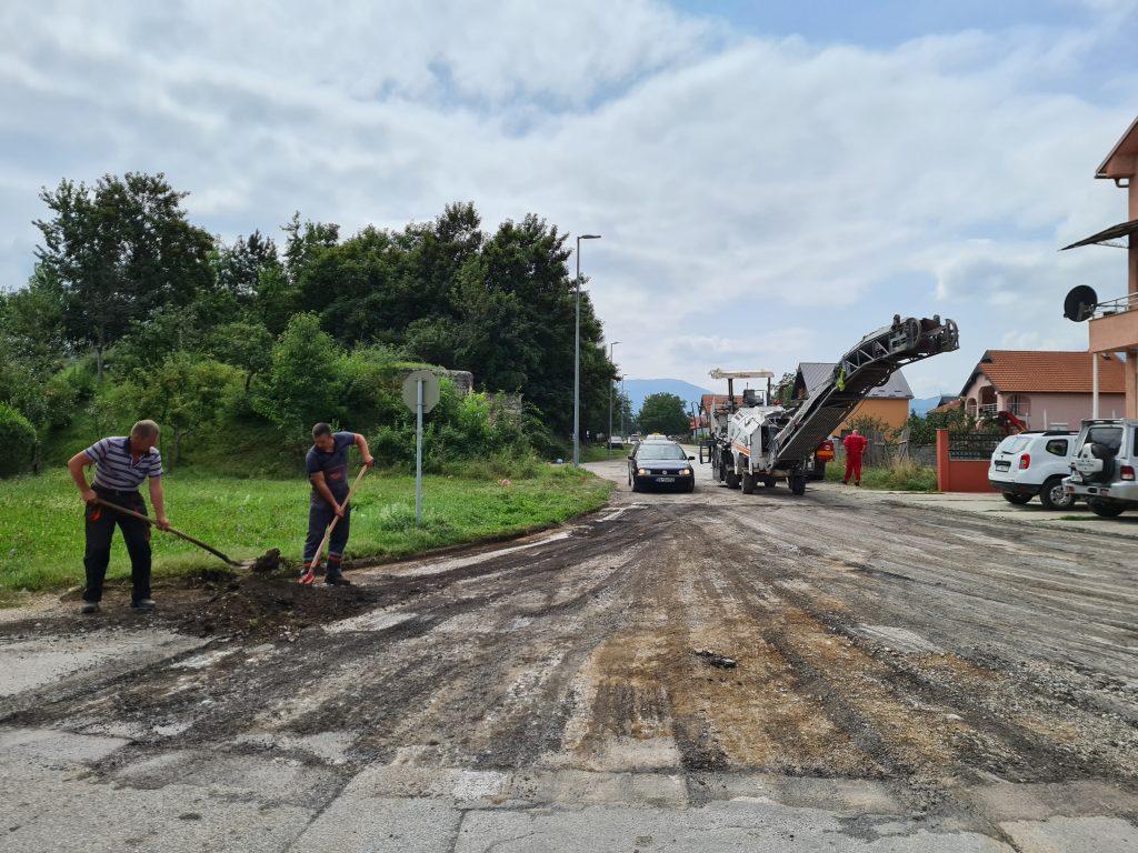 Општина наставља са унапређењем локалне инфраструктуре, почело асфалтирање пута у МЗ Долац