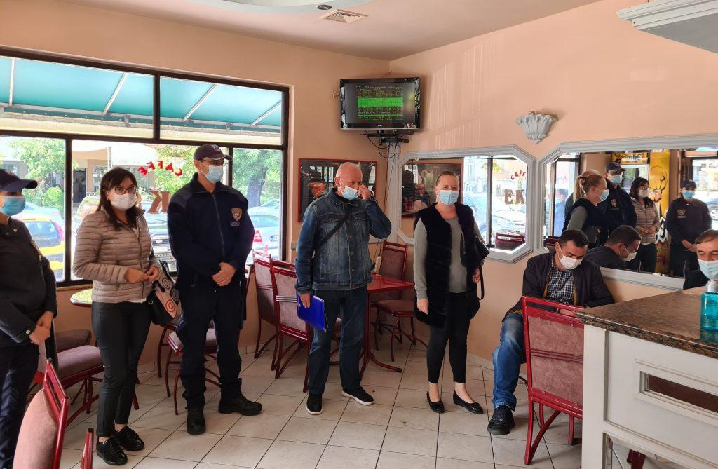 Мобилни тимови обилазе град и контролишу поштовање мјера