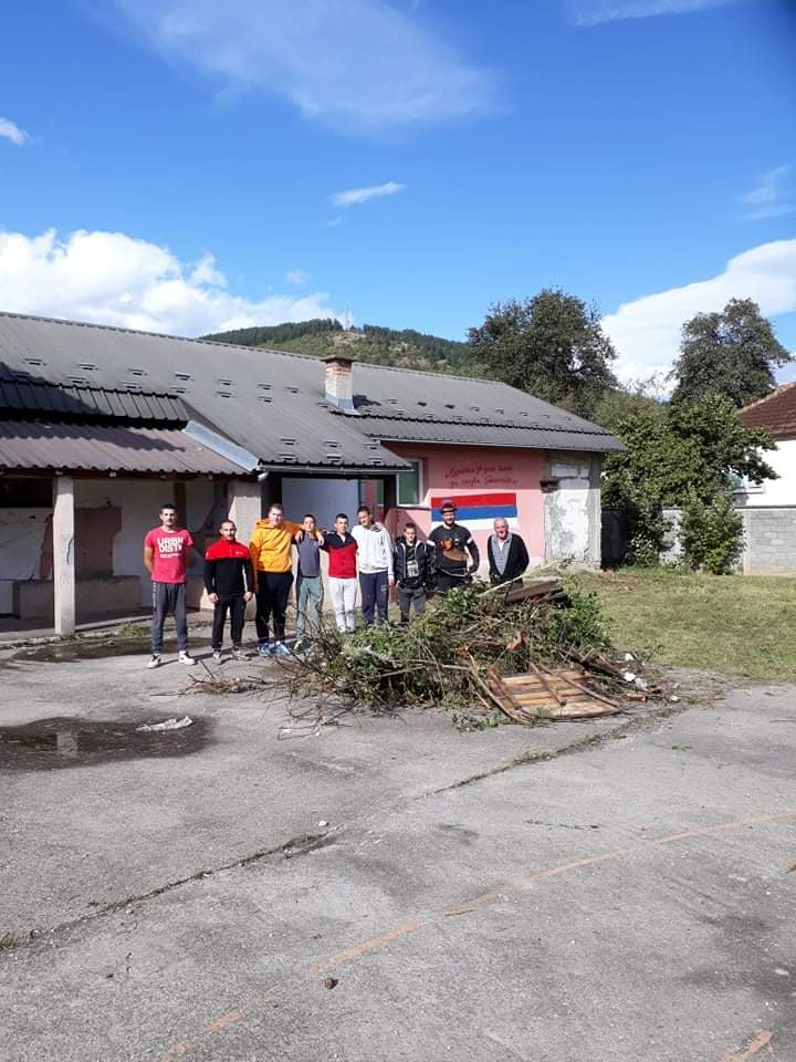 Комунално и Агенција помогли акцију младих Будимље: Очишћено игралиште код Дома и вртића