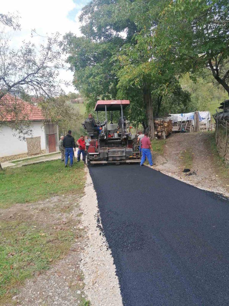 Општина наставила асфалтирање сеоских путева, радове обишао предсједник Шћекић