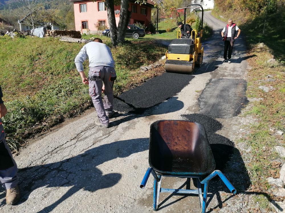 У току санација ударних рупа на локалним путевима