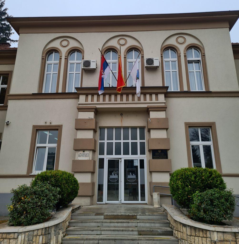 Заставе на пола копља на згради Општине Беране због упокојења патријарха Иринеја