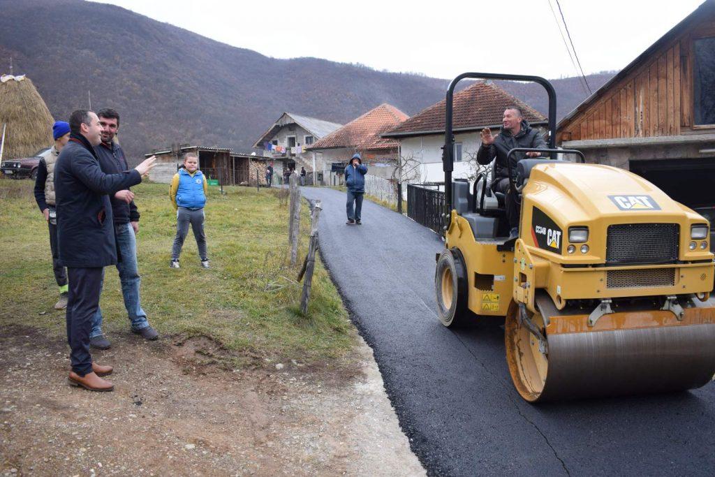 На Лугама нове пјешачке стазе и ивичњаци, у мјесним заједницама Лужац и Долац асфалтирају се путеви